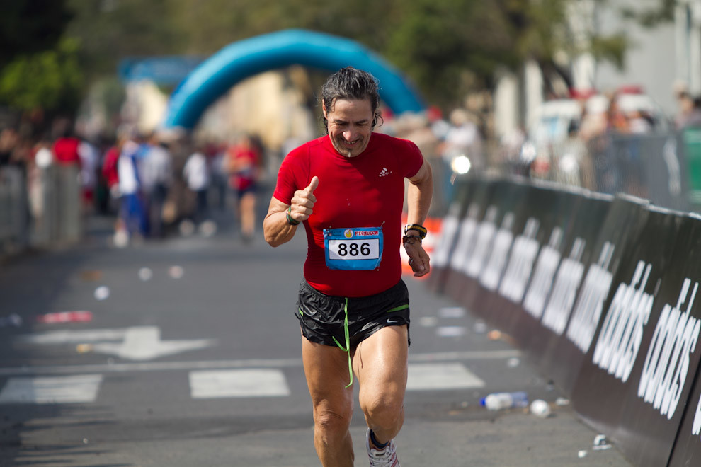 Jesús Oviedo llegando a la meta para conquistar la posicion 7 en su categoria y 73 en las generales de 42km con un tiempo de 03:46:32.  (Tetsu Espósito - Asunción, Paraguay)