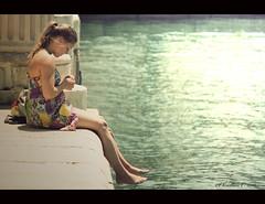 Momento kit-kat (Christian Callejas) Tags: woman canon relax puerto mar mujer mediterraneo alicante momento pies espera brillo pausa pensativa robado traquilidad 1000d yokusho
