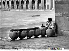 IMG_0837_flickr (Felix Perez Moreno) Tags: bw india vendedor blackwhite sed 2010 calor jamamasjid olddelhi aguador cantaros vendedordeagua