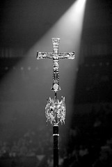 Et la lumière fut (Photographe Basilique-cathédrale-N-D-Québec) Tags: table robe religion plumes volume jeu prespective contrastes sauvage nappe culte luminosité tambourins vasessacrés méétal