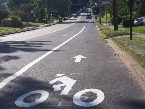 Susquehanna Rd - bike lane narrows severely at intersection