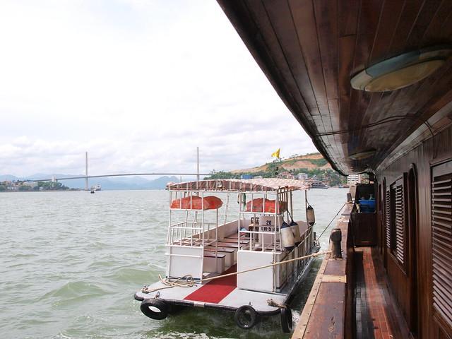 綁在觀光船旁的接駁船