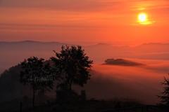 Amanecer para Akilea (Urugallu) Tags: españa canon spain flickr alba amiga asturias amanecer nubes lacruz niebla siluetas amistad reflejos asturies akilea felizcumpleaños cielorojo mardenubes alalba lieres onomastica urugallu unnuevodia despuntandoeldia