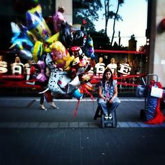 balloon girl (*monika) Tags: street woman girl germany balloons person lomo ballon balloon streetphotography frau dsseldorf ballons mdchen 3gs iphone mensch pictureshow strase photogene schadowstrase iphoneography