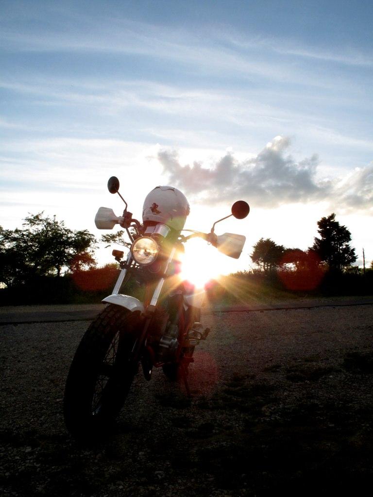 夕陽に照らされるFTR
