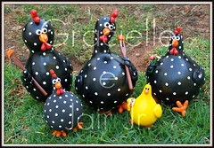 Galinhas de cabaa (Imagine Arte - Gracielle e Jair Jr.) Tags: red white black art chicken painting toy galinha artesanato biscuit gourd preta manual dots bol cuia tinta branca pintura bolinha bico angola calebasse cabaa porongo poranga