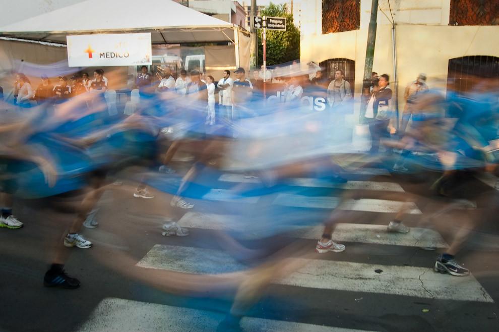 Ola de atletas en marcha hacia sus respectivas metas y glorias a pocos segundos del anuncio de la largada a las 07:00, al fondo los paramédicos observan listos para dar asistencia medica en cualquier momento.  (Elton Núñez - Asunción, Paraguay)
