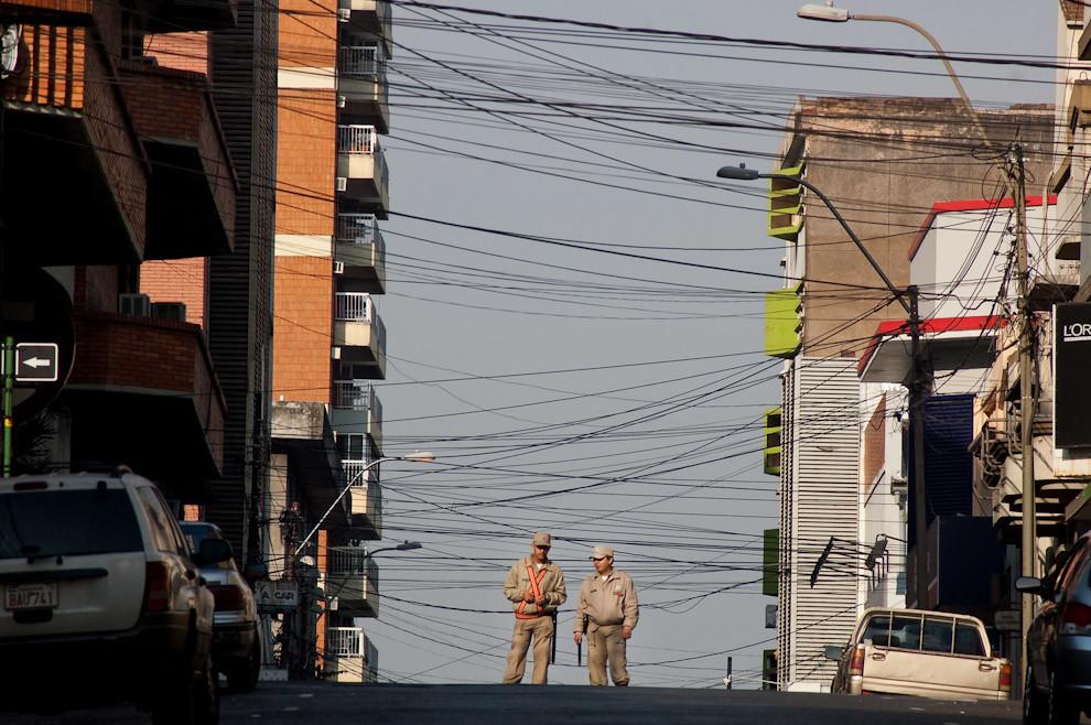 La Policia Nacional bloquea el tránsito en la caótica intersección de las calles 15 de Agosto y Oliva del microcentro de Asunción.  (Elton Núñez - Asunción, Paraguay)