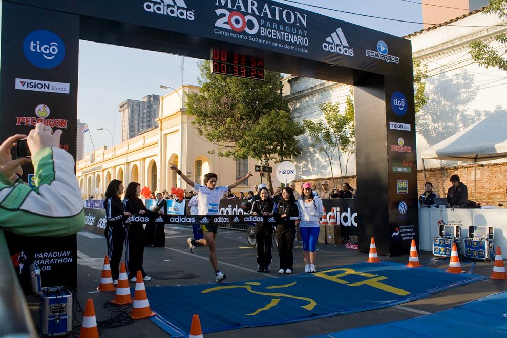 El Paraguayo Derlys Ayala en su glorioso momento de cruzar la meta en la categoria 10km haciendo un espectacular tiempo de 00:33:31 (Diego Ayala - Asunción, Paraguay)
