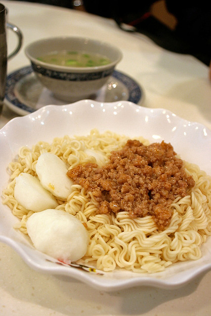 Instant noodles topped with mince and fishballs