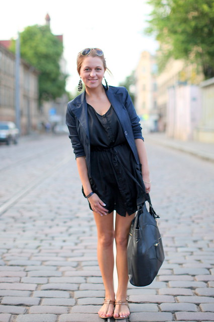 A fotógrafa que compra camisas e camisolas XXL e as usa como vestidos curtos (2)