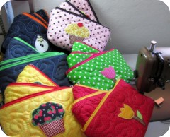 Costurando costurando ... (Joana Joaninha) Tags: bag cupcake bolsa necessarie pa joanajoaninha hellennilce