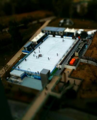 スケートしてる人々 (Photo by TiltShift Generator)