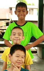 boys in a vertical pose (the foreign photographer - ฝรั่งถ่) Tags: three boys vertical pose khlong thanon portraits bangkhen bangkok thailand canon kiss