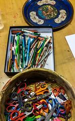2017-07-01 – Atelier d'artistes (Didier Barbelivien) (Robert - Photo du jour) Tags: juillet 2017 regarddunjour atelierd'artistes didierbarbelivien crayon feutre ciseaux plateau dessin atelier art dessiner artiste création outils