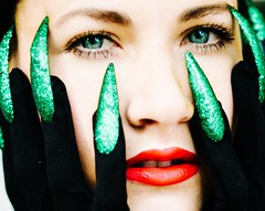 Jealousy (c-u-b) Tags: portrait porträt woman youngwoman jungefrau frau gesicht face fingernails fingernägel grün green jealousy eifersucht allegorie allegory