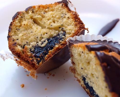 Marzipan-Mohn-Muffin aufgeschnitten