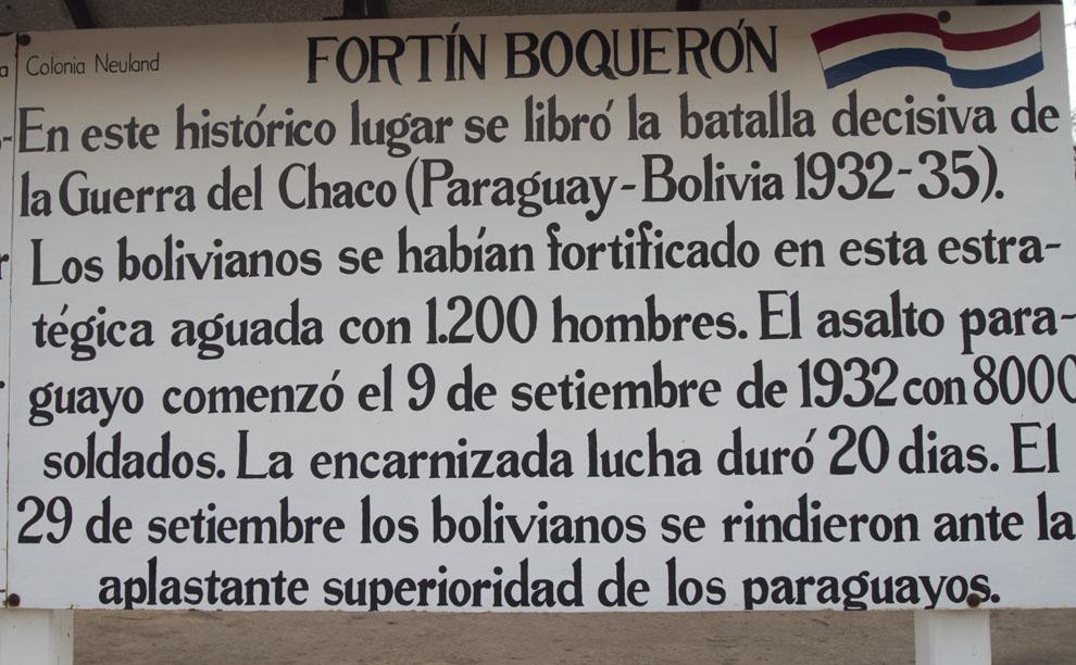 El Cartel de Bienvenida en Fortín Boquerón, recuerda a los soldados héroes del Chaco que dieron sus vidas por defender esta tierra. (Tetsu Espósito - Fortín Boquerón, Chaco, Paraguay)