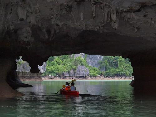 前方正穿越洞穴的獨木舟