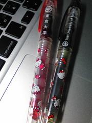 東大xキティちゃんの万年筆をよく見たら 東大ロゴは日本語と英語の2 種類あった