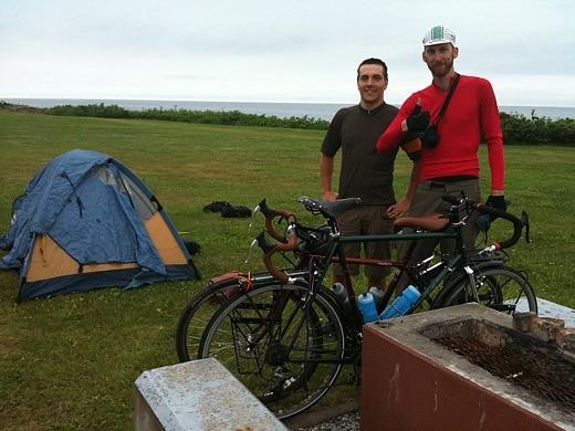 カナダ人サイクリストのマットさんとザックさん