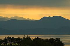 alba sul lago di Garda. (elio de stefani.) Tags: alba acqua monti sensazioni paesaggilagodigarda