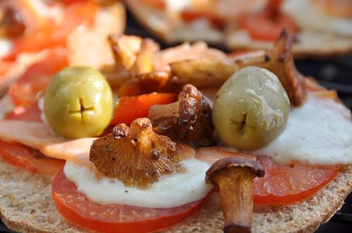 Pizza med kantareller, røget laks og oliven