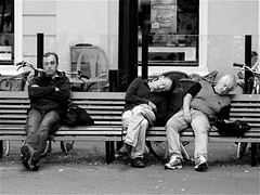 SLEEPING IT OFF (Akbar Simonse) Tags: street people urban bw holland men netherlands drunk bench table  zwartwit candid streetphotography denhaag x hommage buitenhof thehague streetshot straat doisneau sleepingitoff straatfotografie straatfoto hofstijl dedoka akbarsimonse 4tografie