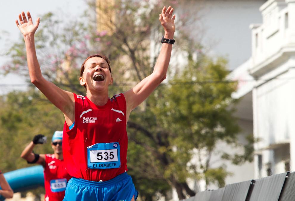 Momento glorioso para Elisabete Oliveira quien termina la carrera en una muy buena posición, 8º en la general 42km femenino  y 2º en su categoría con un tiempo de 03:43:15. (Tetsu Espósito - Asunción, Paraguay)