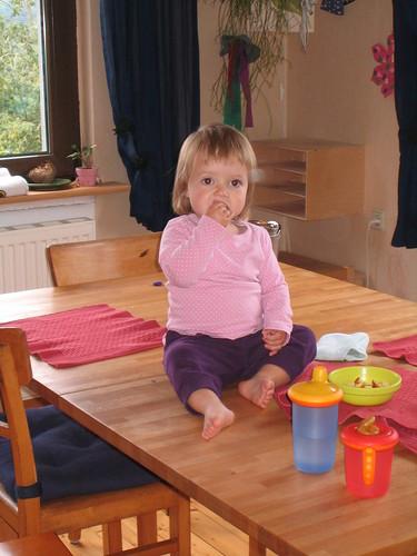 Charlotte auf dem Tisch