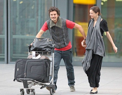 miranda-kerr-orlando-bloom-hug-happy-08