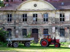 ein Schloss ohne roten Trekker (feldweg) Tags: red rot castle germany deutschland traktor fenster schloss fassade trekker mecklenburgvorpommern anhnger pferdekopf