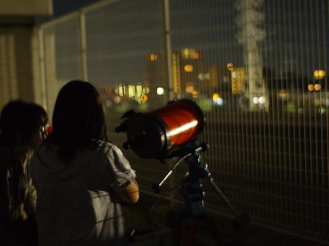 金星に望遠鏡をむけようとしています。