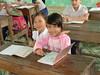 Twee meisje in een schoolbank