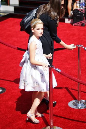 Kiernan Shipka Emmy alfombra roja