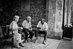 Talking (derScheuch) Tags: street old italien people bw italy white black film stone wall analog leute alt wand menschen sw analogue sangimignano talking stein ilford fp4 schwarz 119 toskana gesprch 125asa weis amaloco74
