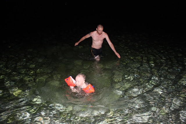 Baden im Meer bei Nacht ...
