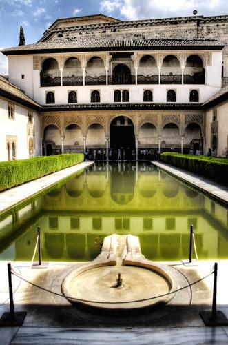 Patio de los Arrayanes. Alhambra, Granada.