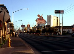 Las Vegas, Nevada - USA (1992) (Mic V.) Tags: road street new las vegas usa gambling sign america us am inn boulevard dusk circus clown united nevada casino strip travelodge 1992 states pm arco frontier stardust unis slotsafun amérique etats amerique états travelsuites