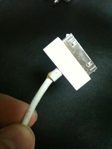 iPhoneのケーブルが断線しそう。