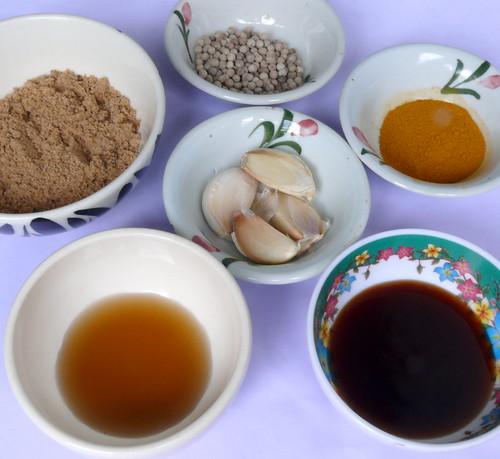 החומרים למרינדה: פלפל לבן, שום, כורכום, סוכר חום, רוטב דגים, רוטב צדפות
