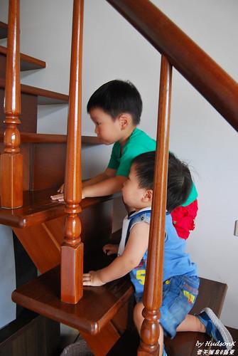 兩隻小朋友迫不及待上樓