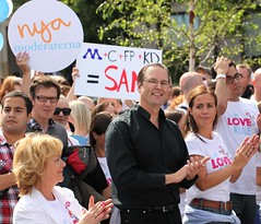 Anders Erik Borg och Filippa Reinfeldt (bengt-re) Tags: gay macro love lens is rainbow model stockholm borg pride erik usm filippa anders 2010 nya regnbåge kärlek f28l ef100mm reinfeldt motleypixel finansminister filippareinfeldt andersborg finansministern pride2010