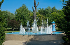Lady of the Fountain (benoitchampagnephoto) Tags: ca canada montral qubec fontaine physique cheveuxcourts cheveuxblonds modles modles yeuxbleux montral qubec yeuxclairs biancaptelle biancaptelle