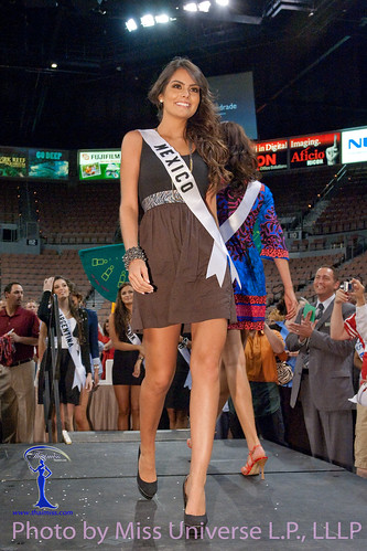 Miss Mexico 2010 Jimena Navarrete demonstrates how to walk a runway