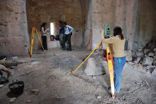 Formation des cadres de la Direction des Antiquités et des Musées de Lattaquié au levé topographique  Château de Saladin/Saône/Sahyun (Syrie, 2007)