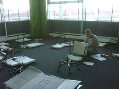 stoelen in elkaar aan het zettten (d-Tail Company) Tags: company pieter zaandam nieuwe huisvesting dtail 24g ghijsenlaan