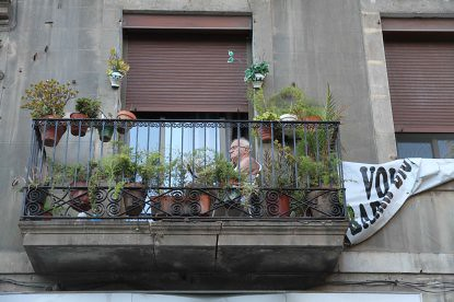 10h21 Barcelona020 Señor en su terraza