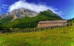 Euzkaurri desde Zuriza (christian&alicia) Tags: mountains nature rural landscape nikon huesca sigma peak pico montaa 18200 hdr muntanya pirineo pirineu borda pyrenee aragn zuriza ans d90 jacetania christianalicia ekcaurre euzkarri