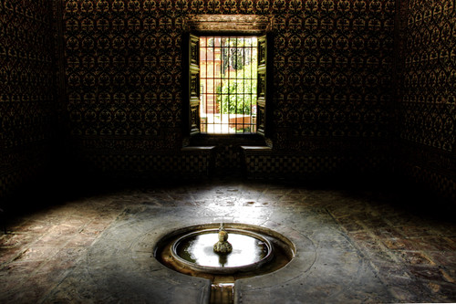 Window and fountain. Seville. Ventana y fuente. Sevilla